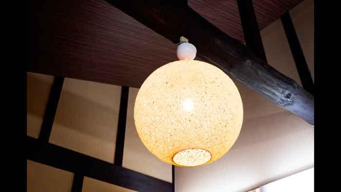 古民家の電球型ペンダントライト